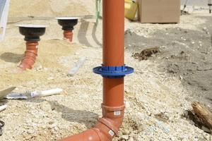 Radonsikring til gennemføring - KG Fix monteret på afløbsrør inden støbning